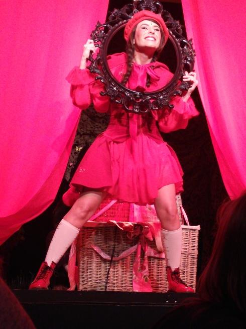 la folle histoire du chaperon rouge au théâtre des nouveautés